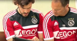 Frank de Boer kijkt op een iPad