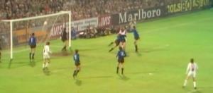 Johan Cruijff maakt een goal in de ECi-finale van 1972
